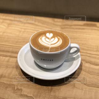 テーブルの上のコーヒー カップの写真・画像素材[999922]