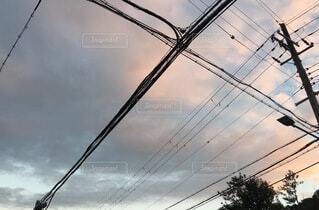 電線と曇り空の写真・画像素材[4819838]