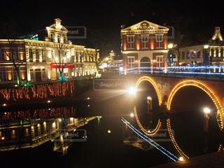 夜のライトアップされた街の写真・画像素材[1036538]