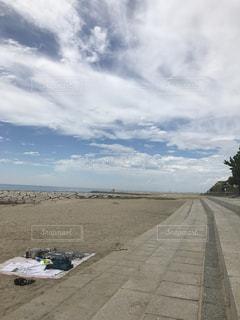 海沿いの道を歩くの写真・画像素材[1036581]