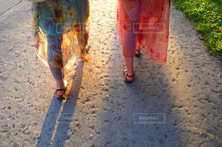 ハワイでお揃いのムームーを着てお散歩の写真・画像素材[1162494]