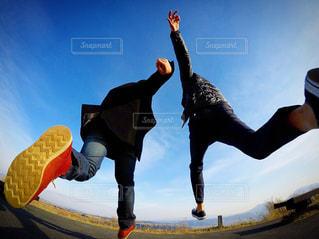 空気中のジャンプ男の写真・画像素材[1036823]