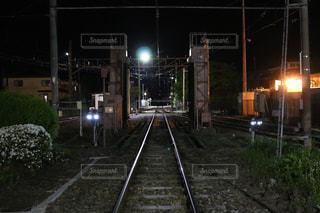 夜、トラックの鉄道の写真・画像素材[1293437]
