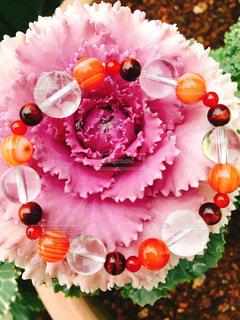 花の上のブレスレットの写真・画像素材[1042251]