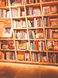 本でいっぱいの本棚の写真・画像素材[1045339]