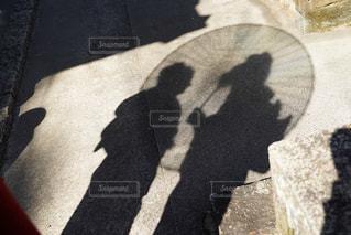 近くに傘のアップの写真・画像素材[1815584]