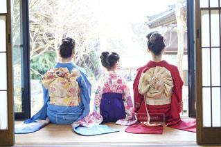 窓の前に座っている人々 のグループの写真・画像素材[1815596]