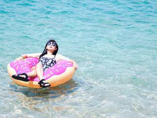 水のプールにいる少女の写真・画像素材[2364857]