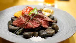 テーブルの上の食べ物の皿の写真・画像素材[2828847]