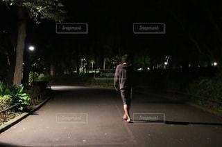 公園を歩く若い男性の写真・画像素材[1037310]