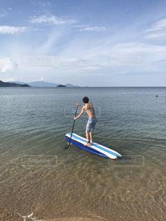 海でサップをする男性の写真・画像素材[1037505]