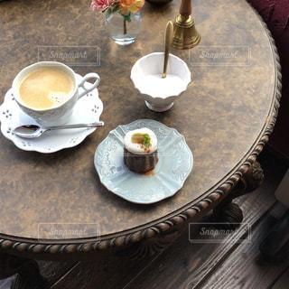 テーブルの上のコーヒー カップの写真・画像素材[1037357]