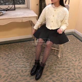 テーブルに座っている人の写真・画像素材[1128334]