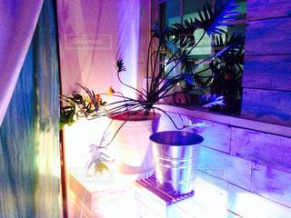 紫色の花一杯の花瓶の写真・画像素材[1037674]