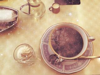 テーブルの上のコーヒー カップ - No.1037890