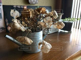 テーブルの上の花の花瓶 - No.1037774