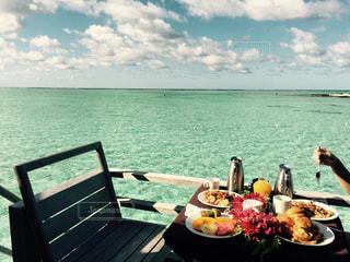 海を望むベンチで朝食の写真・画像素材[1038376]