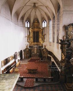テーブルの上の時計の大きな建物の写真・画像素材[1037876]