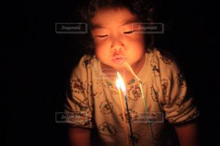 誕生日のケーキを消す子ども - No.1038972