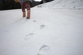 雪をスノーボードに乗る男覆われた斜面の写真・画像素材[1040257]