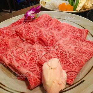 テーブルの上に食べ物のプレートの写真・画像素材[1038225]