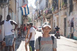 街の通りを歩いている人のグループの写真・画像素材[1038473]