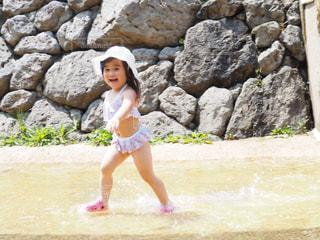 水遊びを楽しむ幼女の写真・画像素材[1038358]