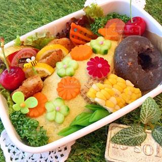 異なる種類の食物で満たされたボウルの写真・画像素材[2142349]