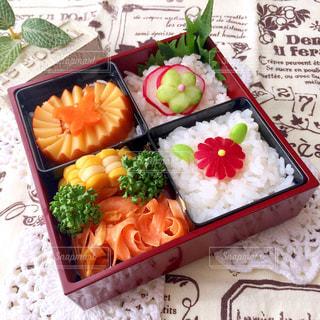 さまざまな種類の食物で満たされた箱の写真・画像素材[2142402]