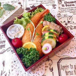 テーブルの上にたくさんの食べ物の写真・画像素材[2142403]