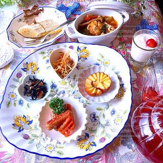 皿の上の食べ物の板をトッピングしたテーブルの写真・画像素材[2170210]