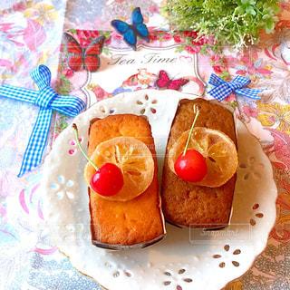 食卓の上の食べ物の皿の写真・画像素材[2170212]