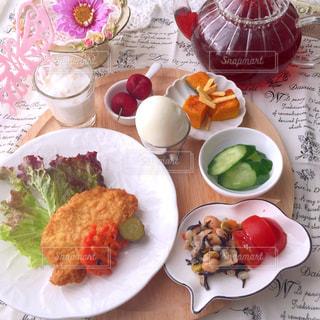 皿の上の食べ物の板をトッピングしたテーブルの写真・画像素材[2170224]