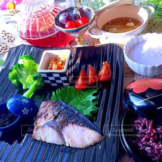 テーブルの上の食べ物のトレイの写真・画像素材[2281984]