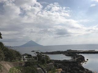 背景の山と水の大きな体の写真・画像素材[1038333]