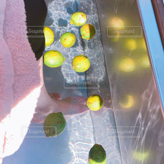爽やかなレモンと足湯の写真・画像素材[2087507]
