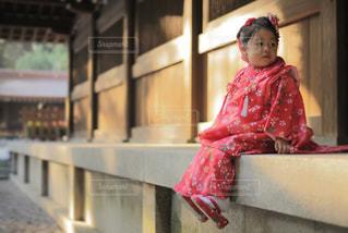 七五三  縁側に座る娘の写真・画像素材[1039434]