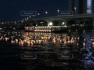 夜の空の都市と水の大きな体の写真・画像素材[1040965]