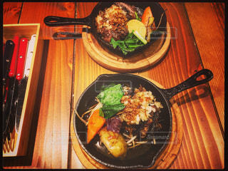 テーブルの上に食べ物のプレートの写真・画像素材[1047631]