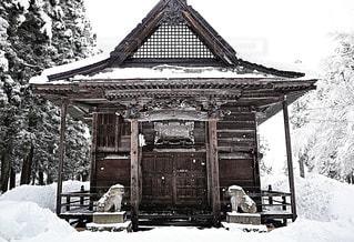雪に覆われた神社 - No.1038838