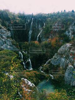森の中の大きな滝 - No.1040206