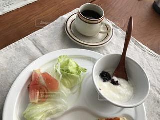 食品とコーヒーのカップのプレートの写真・画像素材[1225725]