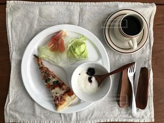 テーブルの上に食べ物のプレートの写真・画像素材[1225728]