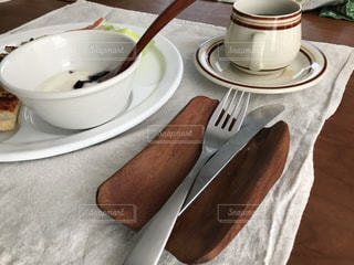 テーブルの上のコーヒー カップの写真・画像素材[1225730]