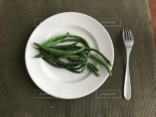 テーブルの上に座って緑と白のプレートの写真・画像素材[1249268]
