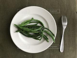 ナイフとフォークの緑と白のプレートの写真・画像素材[1249270]