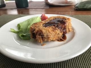 テーブルの上に食べ物のプレートの写真・画像素材[1249281]