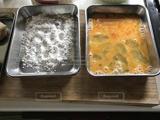 トレイの上に食べ物のボウルの写真・画像素材[1249294]