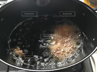 ストーブの上の黒いパンの写真・画像素材[1249295]