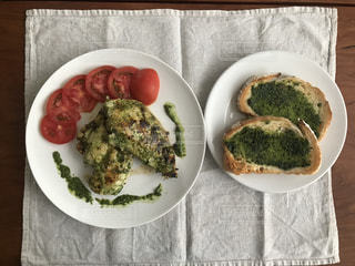 テーブルの上に食べ物のプレートの写真・画像素材[1250522]